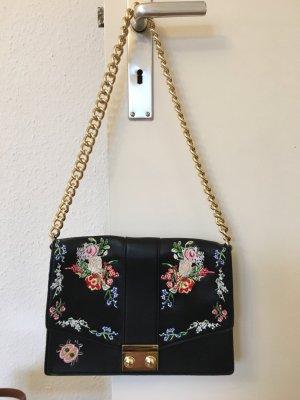 Schwarze Tasche mit Blumen