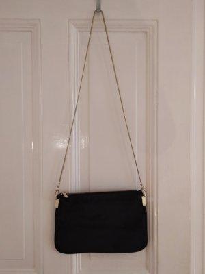 Schwarze Tasche mit Felloptik und Goldkette