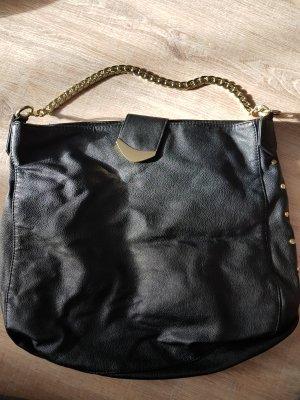 Schwarze Tasche mit goldenen Details