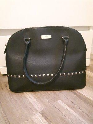 Schwarze Tasche mit goldenen Nieten