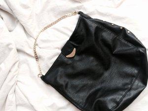 Schwarze Tasche mit goldener Kette