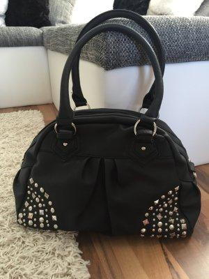 schwarze Tasche mit silbernen Nieten