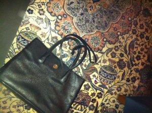 Schwarze Tasche von L Credi mit langem Gurt
