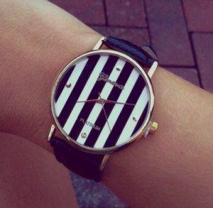 Schwarze Uhr gestreift