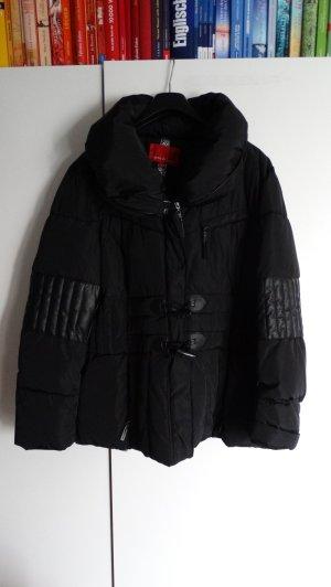 schwarze warme Winterjacke