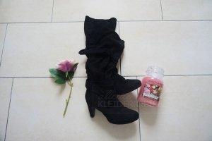 Schwarze weiche Stiefel mit Schleife