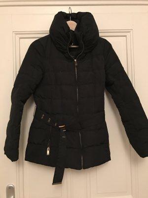 Schwarze Winterjacke mit Gürtel
