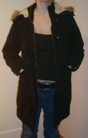 schwarze Wintermantel mit Fellmütze