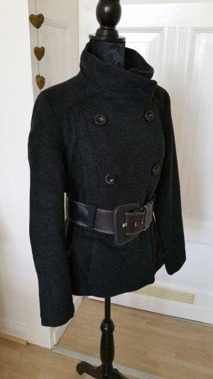 Schwarze Winterwolljacke mit Gürtel