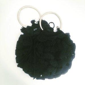 schwarze wolltasche mit metallringen