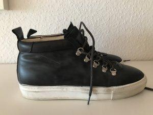 schwarze, zeitlose Sneakers