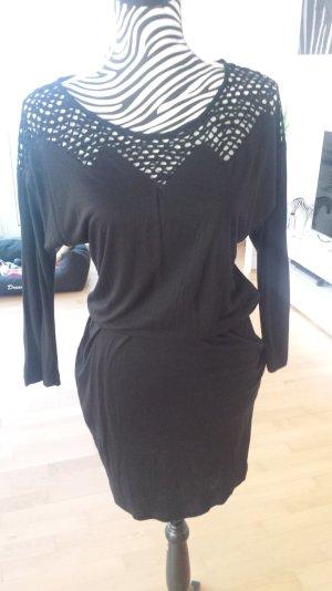 schwarzen Kleid mit Netzapplikation oben, in zick-zack