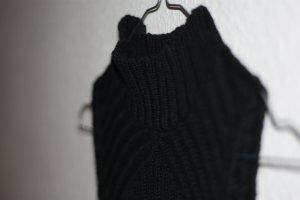 schwarzer ärmelloser Rolli von Minkpink in Größe S