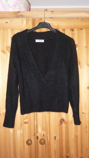 schwarzer Angora Pullover mit tiefem Ausschnitt