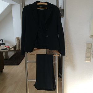 Schwarzer Anzug eine Kombination von Blazer und Hose