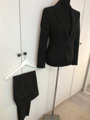 Schwarzer Anzug moderner Schnitt
