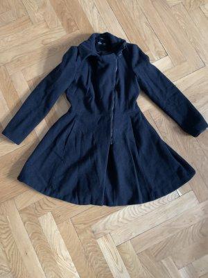 Schwarzer ausgestellter Hallhuber Mantel