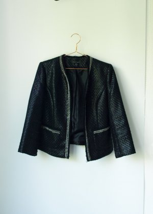 schwarzer beschichteter Blazer mit Kettendetails im Chanelstil 38 Amisu Jacke