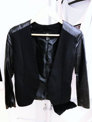 Schwarzer Blazer mit Lederärmel von H&M