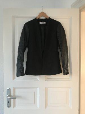 Schwarzer Blazer mit Lederarmobtik