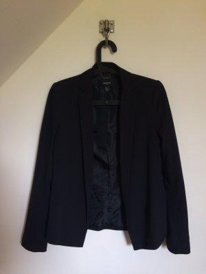 Schwarzer Blazer mit leichten Schulterpolstern