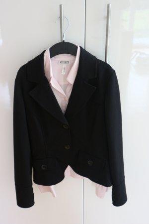 Schwarzer Blazer mit rosa Bluse