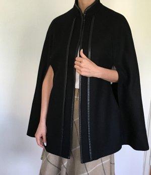 Schwarzer Cape Wollmantel von Zara