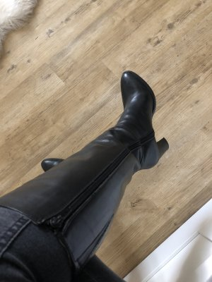 Schwarzer eleganter Lederstiefel