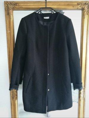 Schwarzer eleganter Mantel mit geprägtem Muster