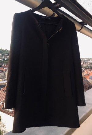 Schwarzer eleganter Stoffmantel