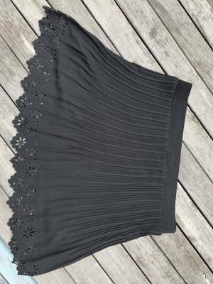 schwarzer Faltenrock mit Blümchen cutouts (NEU)