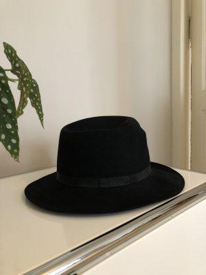 Schwarzer Filzhut mit schmalen Band