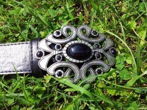 Schwarzer Gürtel mit kunstvoller Schnalle