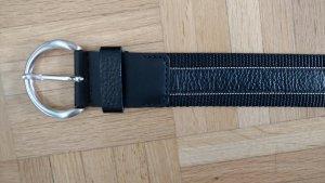 Schwarzer Gürtel mit Leder, Stoff und feinen silbernen Streifen