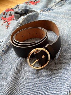 Schwarzer Gürtel mit runder Schnalle