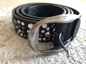 schwarzer Gürtel mit silbernen Steinen