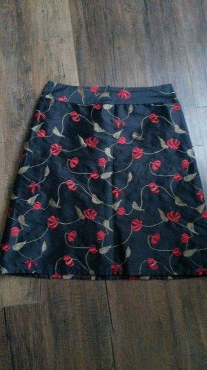 Schwarzer Highwaistrock mit roter Blumenstickerei aus reiner Seide
