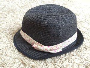 Schwarzer Hut mit Blümchen