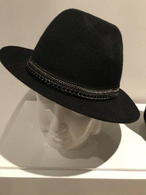 Schwarzer Hut mit Kettenverzierung