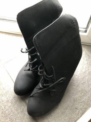Schwarzer Keilabsatz Schuh