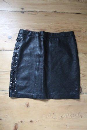Schwarzer Kunstlederrock mit Schnürung