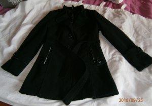 Schwarzer, kurzer Mantel mit Gürtel und Knöpfen