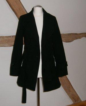 Schwarzer, kurzer Mantel mit Knöpfen und Gürtel