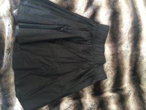 Schwarzer kurzer Rock in Knitter-Lederoptik