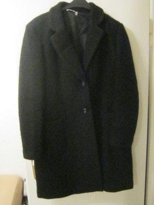 schwarzer Kurzmantel