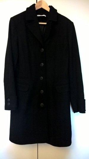 Schwarzer kuscheliger Mantel