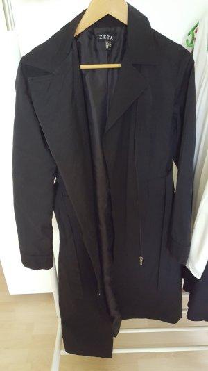 schwarzer, langer Trenchcoat