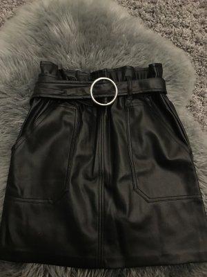 Schwarzer Leder Rock mit Schnalle