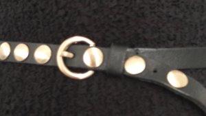 Schwarzer Ledergürtel mit Goldrnieten von Matthew Verve