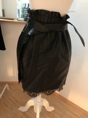 Schwarzer Lederrock mit Gürtel